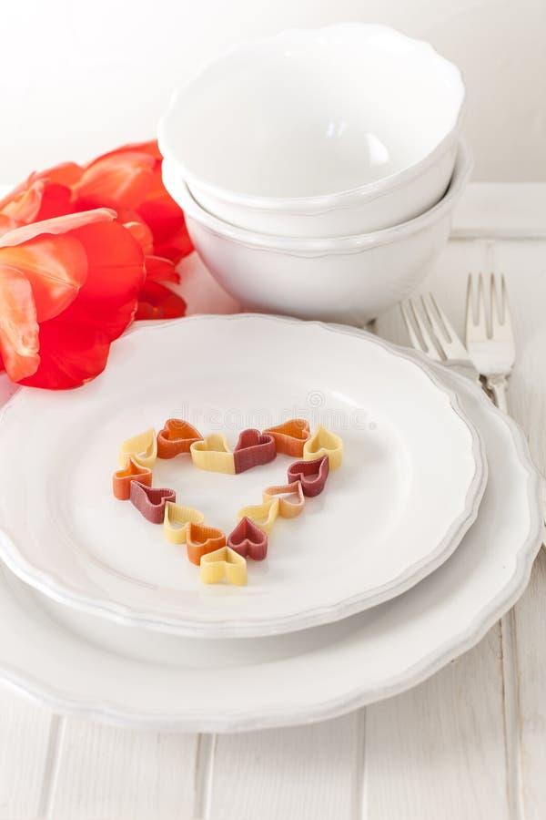 , hart-vormige deegwaren en tulpen royalty-vrije stock afbeeldingen