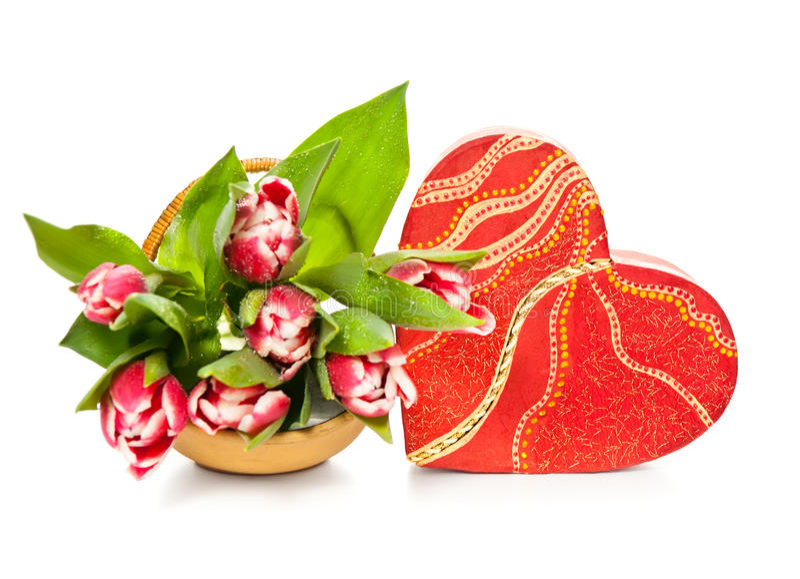 Hart-vormige giftdoos en tulpen op witte achtergrond royalty-vrije stock foto