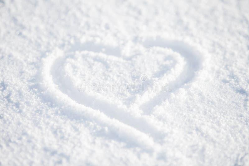 Hart in witte sneeuw stock afbeeldingen