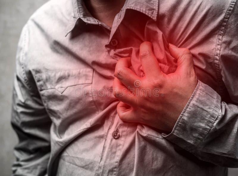 Hartaanvalconcept Mens die aan borstpijn lijden, Gezondheidszorg stock foto