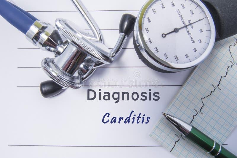 Hartdiagnose Carditis Medisch vormrapport met geschreven diagnose die van Carditis op de lijst in artsenkabinet liggen, surrounde royalty-vrije stock afbeelding