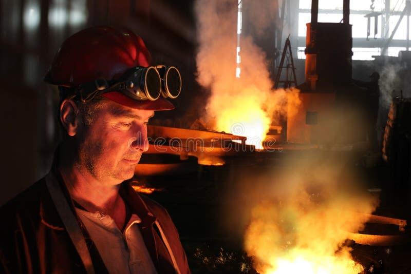 Harte Arbeit in einer Gießerei stockfoto