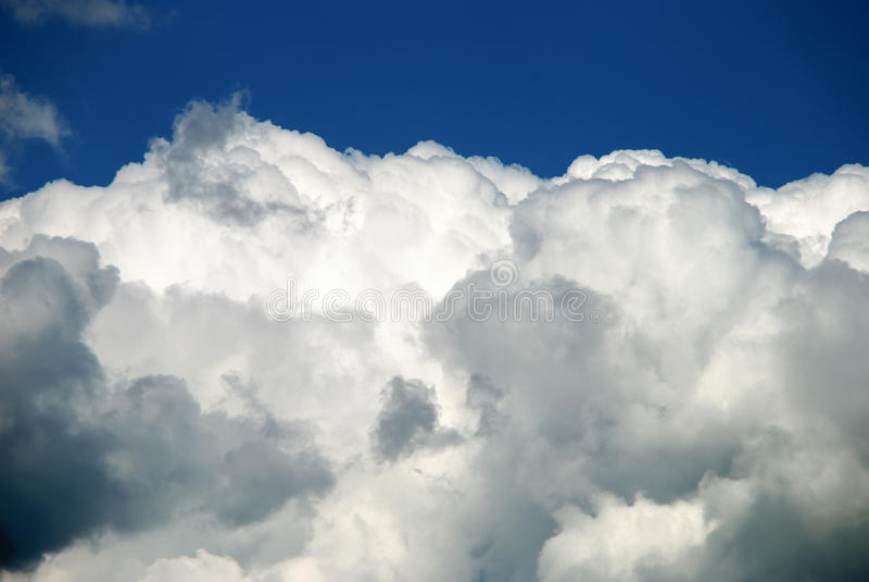 Harte Wolken gegen blauen Himmel stockfotografie