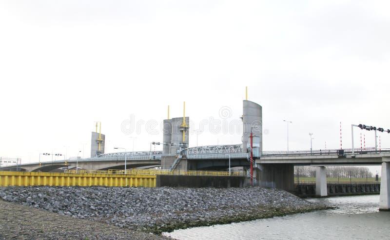 Hartelbrugbrug over Hartelkanaal in Spijkenisse in de haven in Rotterdam Nederland royalty-vrije stock fotografie