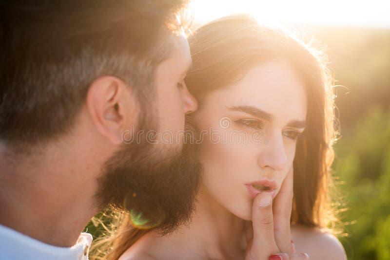 Hartelijk paar die aanbiddend elkaar strelen Mooi jong paar die wachten te kussen Het jonge paar in liefde heeft pret stock afbeelding