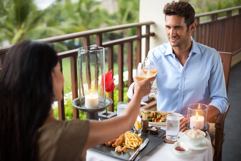 Hartelijk paar die diner bij de tropische toevlucht hebben royalty-vrije stock foto's