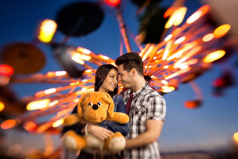 Hartelijk paar die een aantrekkelijkhedenpark bezoeken - spruit met l stock fotografie