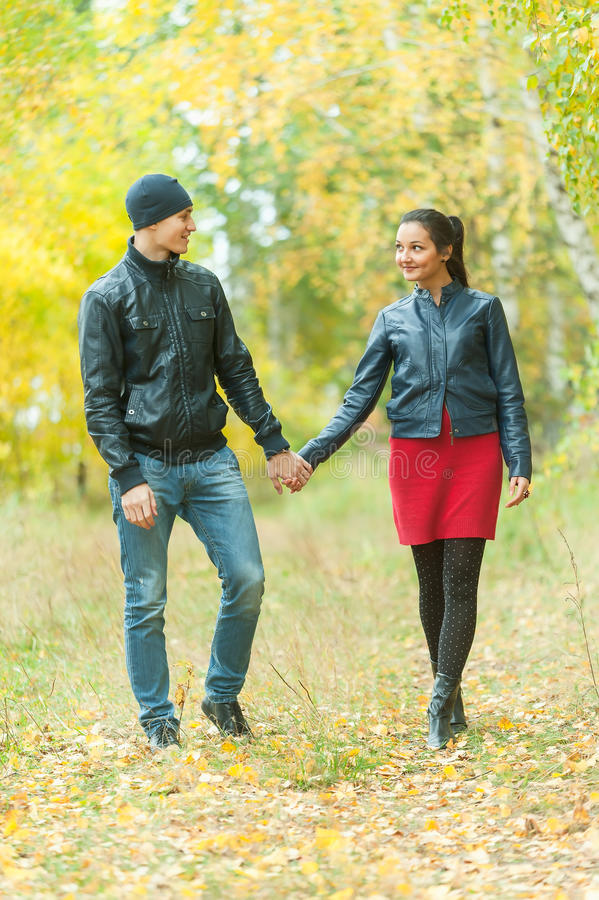 Hartelijk paar die gang in de herfstpark nemen royalty-vrije stock foto's