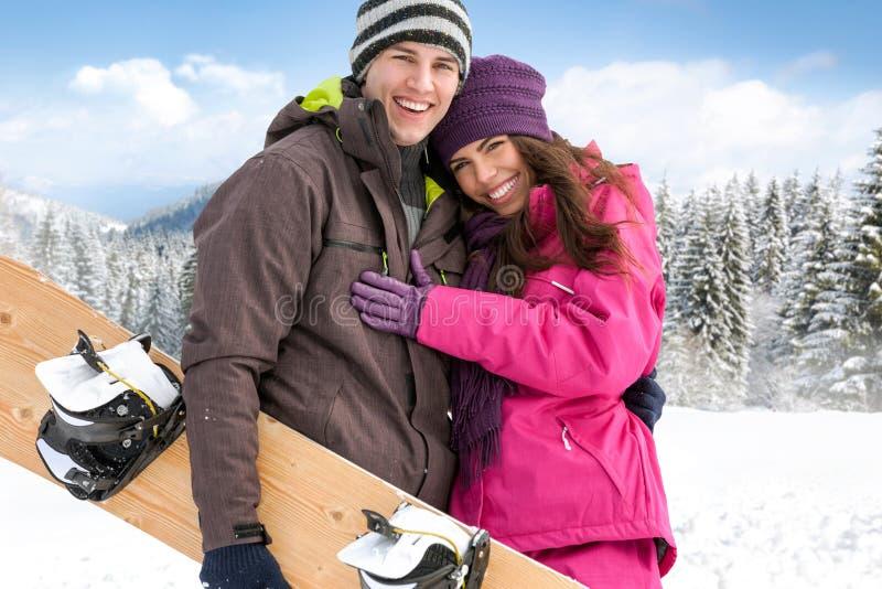 Hartelijk paar op de wintervakantie royalty-vrije stock foto