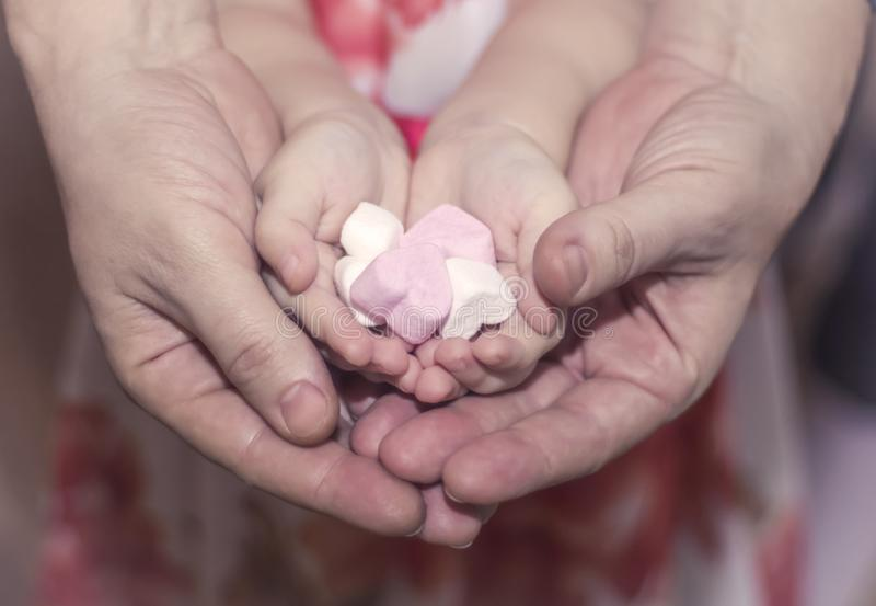 Harten in de handenvriendelijkheid van kinderen en van vrouwen, familie, liefde en liefdadigheidsconcept, de dag of de daggift va stock afbeelding
