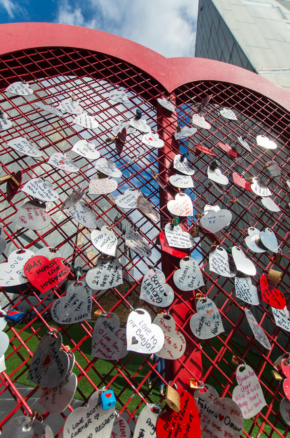 Harten die aan een hart worden gespeld stock fotografie
