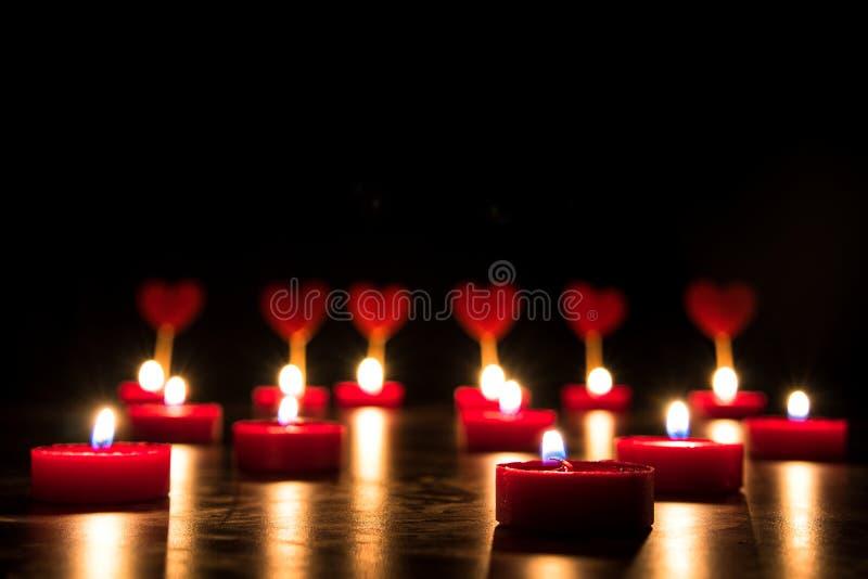 Harten en kaarsen op een zwarte achtergrond Concept Valentine ` s DA stock foto