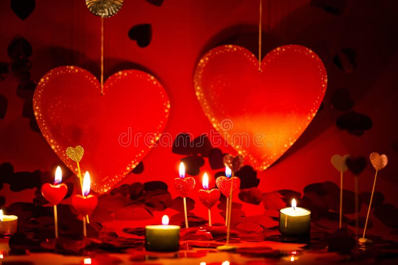 Harten en kaarsen, rode romantische achtergrond, royalty-vrije stock afbeelding