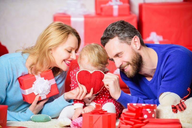Harten met liefde worden gevuld die De familie viert verjaardag Paar in liefde en babydochter Het concept van de Dag van valentij royalty-vrije stock afbeelding