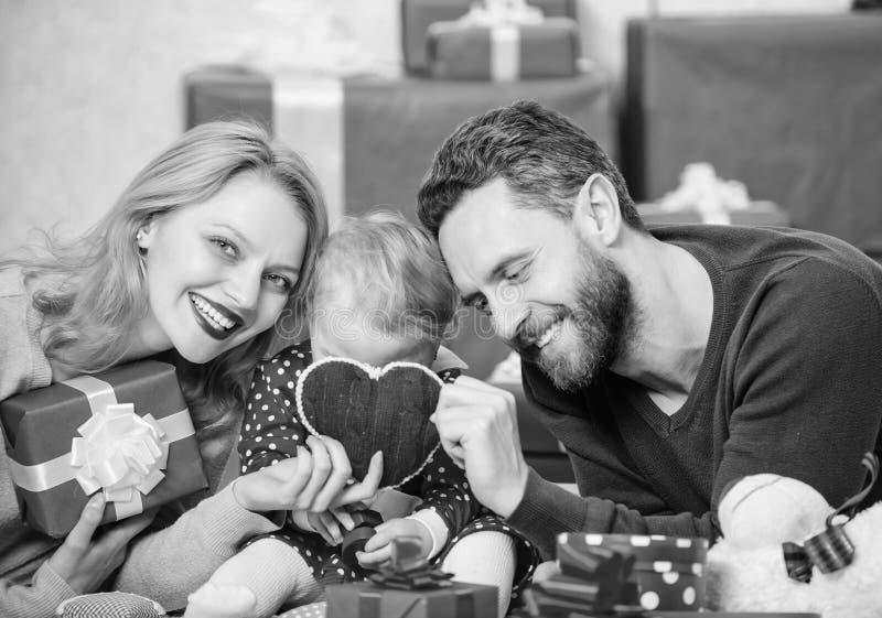 Harten met liefde worden gevuld die Paar in liefde en babydochter Het concept van de Dag van valentijnskaarten Samen op valentijn stock foto's