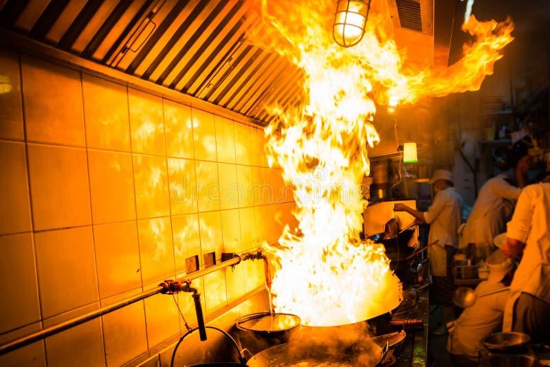 Hartes Kochen des Feuers stockfotografie