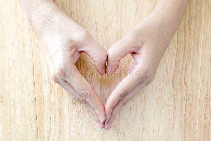 Harthand op zachte houten vloer stock afbeelding