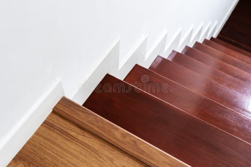 Hartholztreppenschritte und weiße Wand, Innentreppenmaterial und Haus entwerfen stockbild