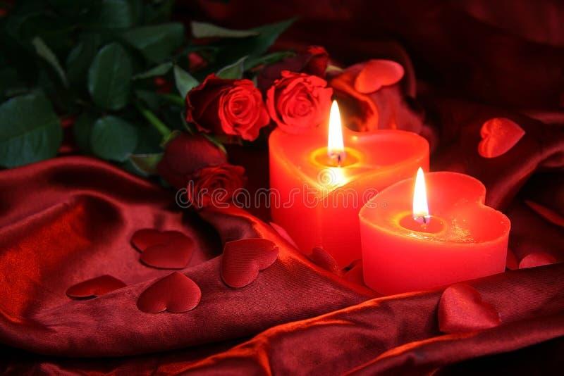 Hartkaarsen met drie rode rozen royalty-vrije stock foto's