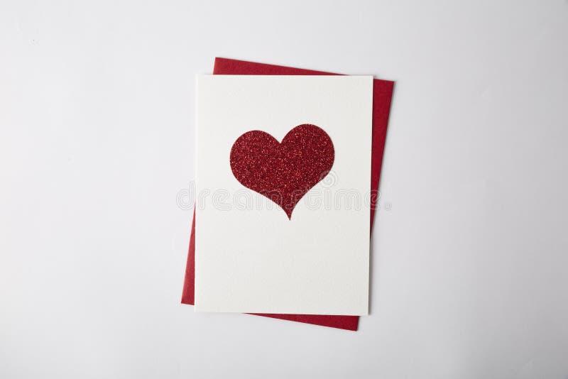 Hartkaarten op de witte achtergrond De kaart van de Dag van valentijnskaarten stock fotografie
