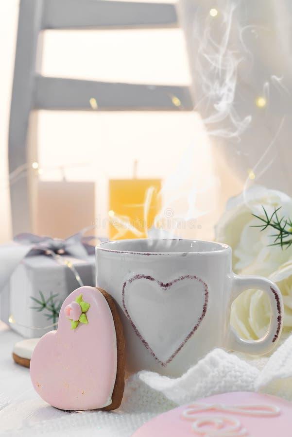 Hartkoekjes met kop van koffie op houten achtergrond met plaid, exemplaarruimte royalty-vrije stock afbeelding