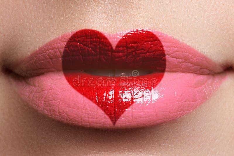 Hartkus op de Lippen Schoonheids sexy volledige lippen met de verf van de hartvorm Rood nam toe Mooie samenstelling Lippenstift e stock afbeelding