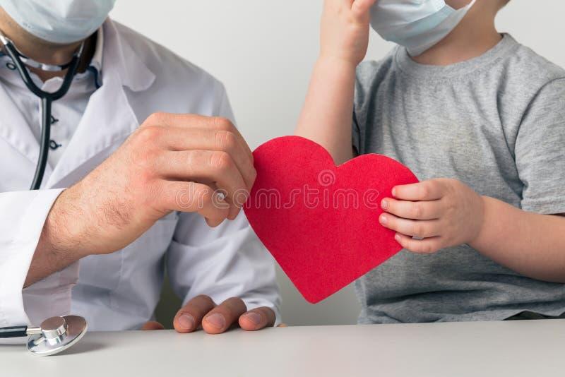 Hartsteun Man en kind houden hart bij elkaar royalty-vrije stock afbeelding