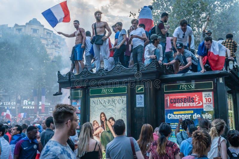 Hartstocht van mensen voor voetbal, de Weg van Champs Elysees in Parijs na de Wereldbeker van 2018 stock afbeelding