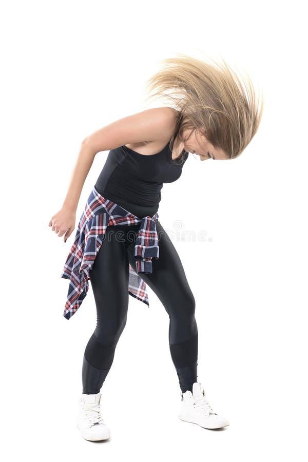 Hartstochtelijk energiek modern vrouwelijk danser het schudden hoofd met haar stromende motie stock fotografie