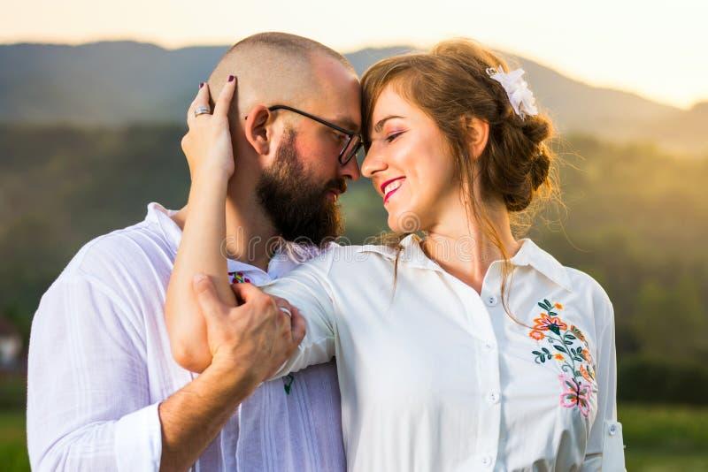 Hartstochtelijk paar die elkaar vóór kus kijken stock afbeelding