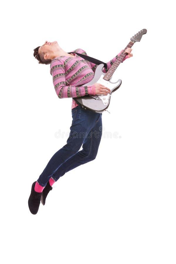 Hartstochtelijke gitaristsprongen in de lucht stock afbeelding