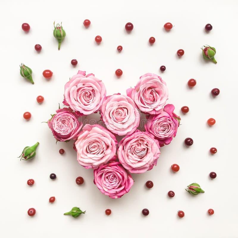 Hartsymbool van rozen en bladeren op witte achtergrond wordt gemaakt die royalty-vrije stock afbeeldingen
