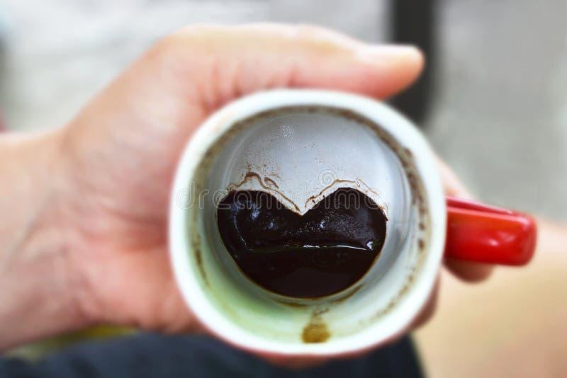 Hartvorm in de koffiekop stock afbeeldingen