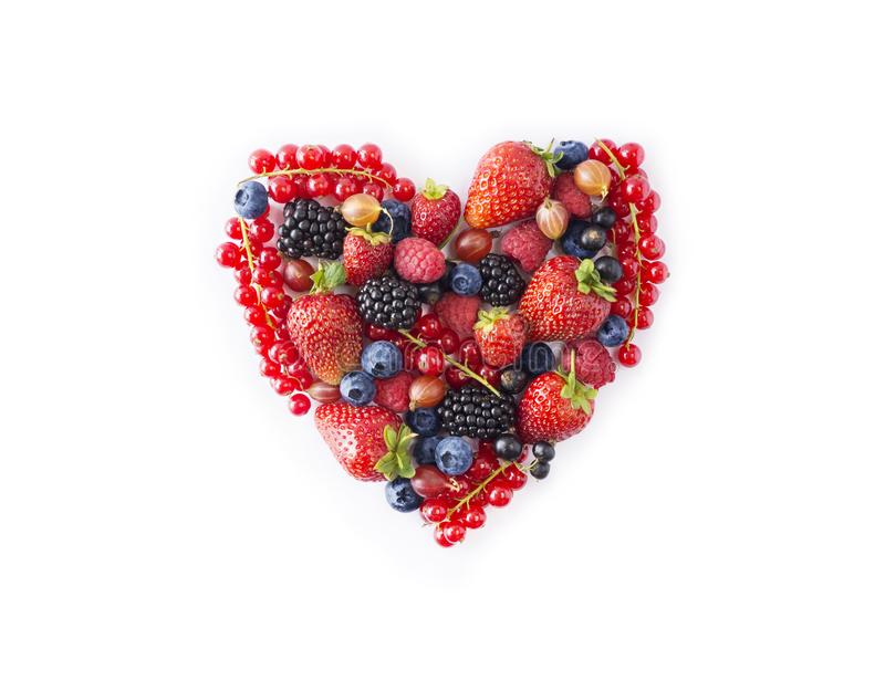 Hartvorm geassorteerde bessen op witte achtergrond Zwart-blauw en rood voedsel Rijpe bosbessen, rode aalbessen, frambozen, stro royalty-vrije stock afbeelding