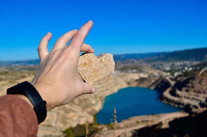 Hartvormig blauw groeve-meer Een steen in de vorm van een hart Kadykovsky-steengroeve, Balaklava, Krim Reizen stock afbeelding