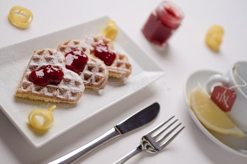 Hartwafels, marmelade, gepoederde die suiker op rechthoekig p wordt gediend royalty-vrije stock foto