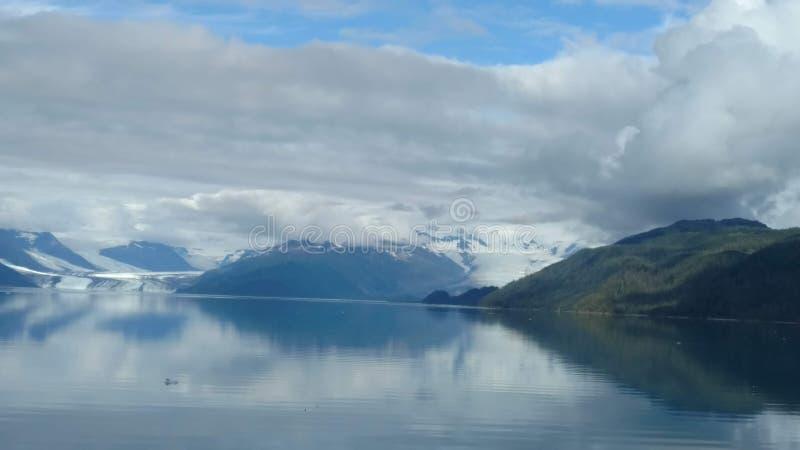 Harvard-Gletscher am Ende von College-Fjord Alaska Breiter Gletscher, der seinen Weg zum Meer schnitzt Berge ragt Wasser und Wolk lizenzfreies stockfoto