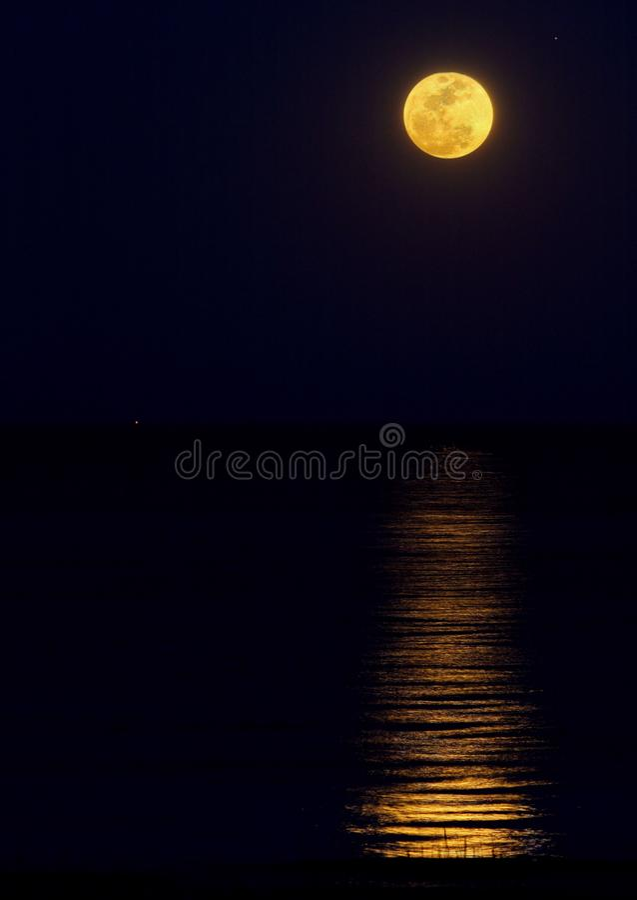 Harvest Moon Wzrasta Nad ocean zdjęcia royalty free