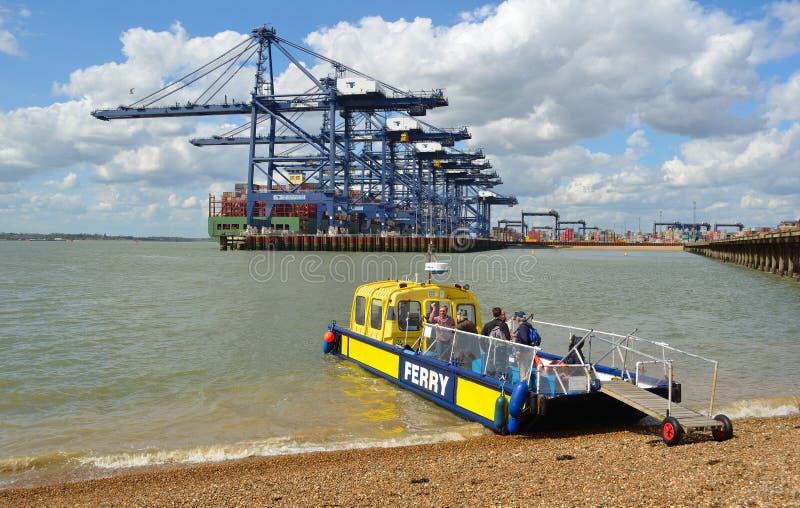 Harwich al transbordador de Felixstowe y de Shotley toma hasta doce personas a través del estuario ocupado, puerto de Felixstowe  fotos de archivo
