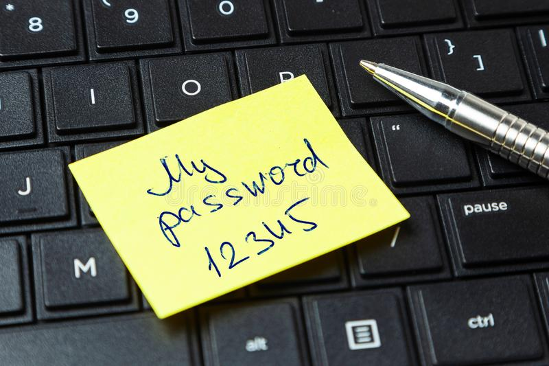 Hasło ochrona Biurowy majcher na laptop klawiaturze fotografia stock