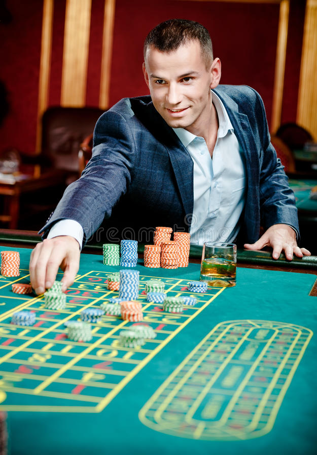 Hasardspelareinsatser som leker på kasinot, bordlägger arkivbild