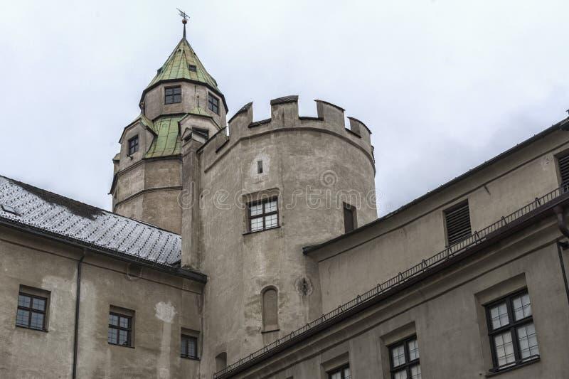 Hasegg slott och Halls gamla mintkaramell - nze Hall för ¼ för småstadHasegg und MÃ i Hall i Tirol, Tyrol region arkivfoton