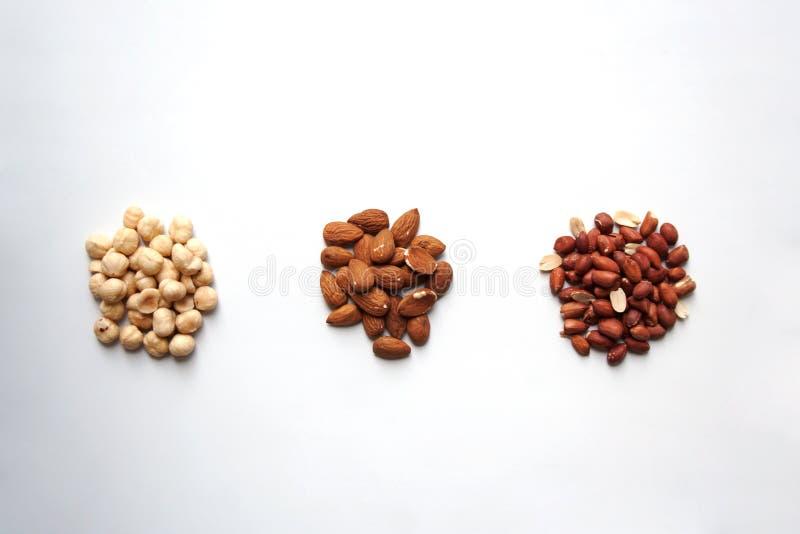 Haselnüsse, Mandeln und Erdnüsse auf weißem Hintergrund von oben stockbilder