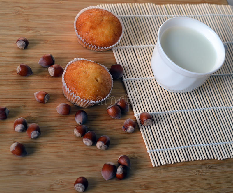Haselnusskleine kuchen mit einer Schale Milch stockbild