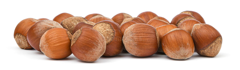 Haselnussnahaufnahme lokalisiert auf wei?em Hintergrund Stapel von Haselnüssen im Oberteil Biologisches Lebensmittel Nuts Ansamml stockfotos