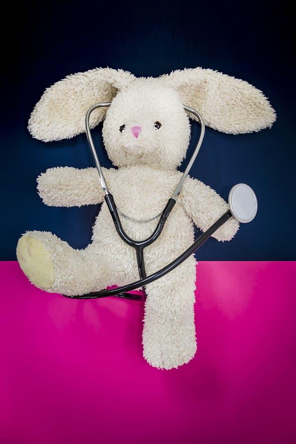 Hasen mit einem Stethoskop lizenzfreie stockfotografie