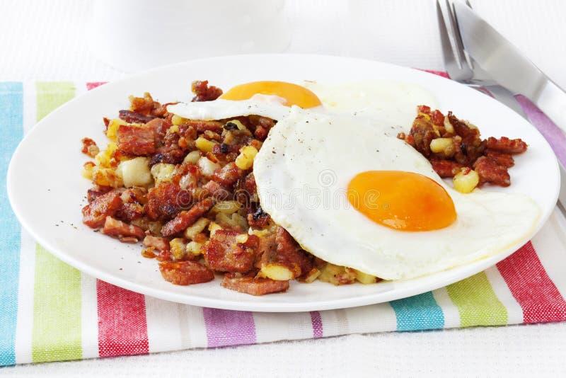 Hash di corned beef con le uova placcate fotografie stock libere da diritti