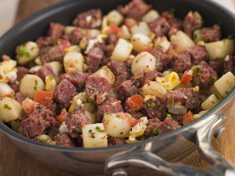 Hash di corned beef in una vaschetta di frittura fotografia stock libera da diritti