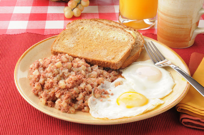 Hash ed uova di corned beef immagini stock libere da diritti
