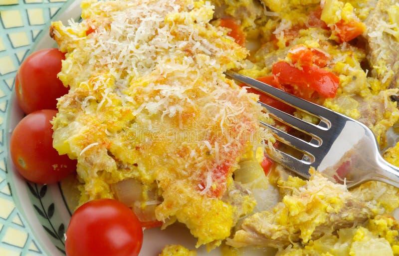 Hash squisito del tacchino con i pomodori delle uova, del parmigiano e di ciliegia fotografie stock libere da diritti